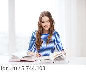 Купить «Девушка-студентка с книгами за письменным столом», фото № 5744103, снято 26 февраля 2014 г. (c) Syda Productions / Фотобанк Лори
