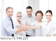 """Купить «Бизнес-команда показывает жест """"отлично"""" в офисе», фото № 5744227, снято 9 июня 2013 г. (c) Syda Productions / Фотобанк Лори"""