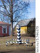 Купить «Верстовой столб у дома станционного смотрителя.  Выра», эксклюзивное фото № 5744679, снято 22 марта 2014 г. (c) Александр Щепин / Фотобанк Лори