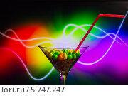 Бокал с конфетами цветной фон. Стоковое фото, фотограф Сергей Филимончук / Фотобанк Лори