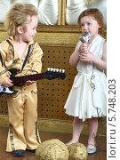 Мальчик в концертном костюме в стиле ретро с гитарой и девочка в белом платье с микрофоном. Стоковое фото, фотограф Losevsky Pavel / Фотобанк Лори