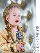 Мальчик в золотистом костюме певца с микрофоном. Стоковое фото, фотограф Losevsky Pavel / Фотобанк Лори