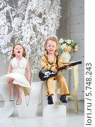 Девочка в белом платье и мальчик в костюме музыканта с гитарой. Стоковое фото, фотограф Losevsky Pavel / Фотобанк Лори