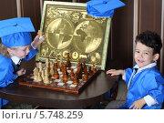 Купить «Мальчик делает ход белым конем во время игры в шахматы», фото № 5748259, снято 12 мая 2013 г. (c) Losevsky Pavel / Фотобанк Лори