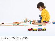 Купить «Мальчик играет с игрушечной железной дорогой», фото № 5748435, снято 2 февраля 2013 г. (c) Losevsky Pavel / Фотобанк Лори