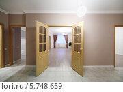 Купить «Открытые деревянные двери, ведущие в просторную комнату в новой квартире», фото № 5748659, снято 2 декабря 2012 г. (c) Losevsky Pavel / Фотобанк Лори