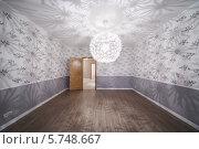 Купить «Просторная комната с необычной люстрой и открытой дверью в новой квартире», фото № 5748667, снято 2 декабря 2012 г. (c) Losevsky Pavel / Фотобанк Лори