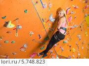 Купить «Улыбающаяся блондинка на скалодроме», фото № 5748823, снято 5 декабря 2012 г. (c) Losevsky Pavel / Фотобанк Лори
