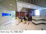 Купить «Красивая большая приемная компании НДВ со столами, стульями и аквариумом в Москве», фото № 5748967, снято 15 февраля 2013 г. (c) Losevsky Pavel / Фотобанк Лори