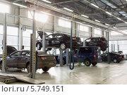 Купить «Сервисный центр для обслуживания автомобилей», фото № 5749151, снято 11 января 2013 г. (c) Losevsky Pavel / Фотобанк Лори