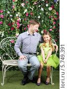 Купить «Дочка с отцом сидят на белой скамейке», фото № 5749391, снято 13 января 2013 г. (c) Losevsky Pavel / Фотобанк Лори