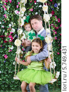 Купить «Портрет отца с двумя дочерьми на качелях», фото № 5749431, снято 13 января 2013 г. (c) Losevsky Pavel / Фотобанк Лори