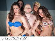 Купить «Лысый мужчина и четыре красивые девушки в купальниках», фото № 5749551, снято 19 февраля 2013 г. (c) Losevsky Pavel / Фотобанк Лори