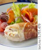 Купить «фаршированная курица и салат, крупный план», фото № 5751479, снято 24 января 2019 г. (c) Food And Drink Photos / Фотобанк Лори
