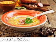 Купить «Гороховый суп с колбасой на деревянном столе», фото № 5752355, снято 28 марта 2014 г. (c) Надежда Мишкова / Фотобанк Лори