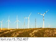 Купить «Ветроэлектрические установки на летнем поле. Арагон, Испания», фото № 5752407, снято 4 июля 2013 г. (c) Яков Филимонов / Фотобанк Лори