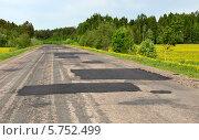 Купить «Дорога между населенными пунктами в российской провинции», фото № 5752499, снято 22 мая 2013 г. (c) Анна Мартынова / Фотобанк Лори
