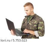 Молодой солдат с ноутбуком. Стоковое фото, фотограф Viktor Gladkov / Фотобанк Лори