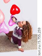 Красивая девушка в свитере с воздушными шариками. Стоковое фото, фотограф Daniil Nikiforov / Фотобанк Лори