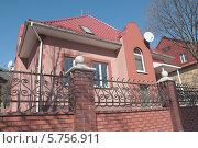 Купить «Красивый особняк за оградой», эксклюзивное фото № 5756911, снято 29 марта 2014 г. (c) Svet / Фотобанк Лори