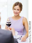 Купить «Красивая девушка в ресторане с бокалом вина внимательно слушает своего бойфренда», фото № 5760059, снято 9 марта 2014 г. (c) Syda Productions / Фотобанк Лори