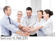 Купить «Бизнес-команда в офисе радуется завершению работы, взявшись за руки», фото № 5760231, снято 9 июня 2013 г. (c) Syda Productions / Фотобанк Лори
