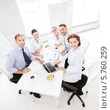 Купить «Бизнес-команда. Встреча сотрудников в офисе», фото № 5760259, снято 9 июня 2013 г. (c) Syda Productions / Фотобанк Лори