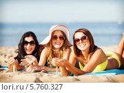 Купить «Жизнерадостные подруги в солнцезащитных очках загорают на пляже», фото № 5760327, снято 11 июля 2013 г. (c) Syda Productions / Фотобанк Лори