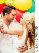 Купить «Влюбленная пара со связкой разноцветных воздушных шаров», фото № 5760459, снято 14 июля 2013 г. (c) Syda Productions / Фотобанк Лори