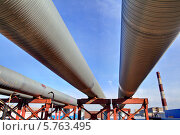Купить «Магистральный трубопровод городской теплоэлектроцентрали, транспортировка газа, пара и воды по стальным трубам», фото № 5763495, снято 27 марта 2014 г. (c) Владимир Григорьев / Фотобанк Лори