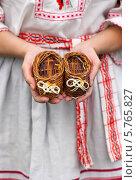 Купить «Детские маленькие лапти в женских руках», фото № 5765827, снято 22 апреля 2019 г. (c) Виктория Чеканова / Фотобанк Лори