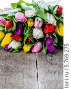 Тюльпаны на старом деревянном столе. Стоковое фото, фотограф Olena Gorbenko / Фотобанк Лори