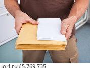 Купить «мужчина держит письма. крупный план», фото № 5769735, снято 10 ноября 2013 г. (c) Андрей Попов / Фотобанк Лори