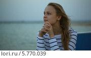 Купить «Улыбающаяся девушка в сумерках», видеоролик № 5770039, снято 27 марта 2014 г. (c) Данил Руденко / Фотобанк Лори