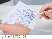 Купить «мужчина делает отметку в календаре», фото № 5770139, снято 18 ноября 2013 г. (c) Андрей Попов / Фотобанк Лори