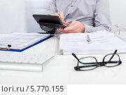 Купить «деловой мужчина проверяет финансовые документы», фото № 5770155, снято 18 ноября 2013 г. (c) Андрей Попов / Фотобанк Лори
