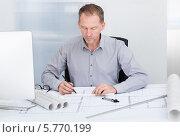 Купить «архитектор работает в офисе», фото № 5770199, снято 18 ноября 2013 г. (c) Андрей Попов / Фотобанк Лори
