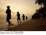 Купить «Вьетнам, рыбаки тянут лодку», фото № 5770679, снято 22 января 2014 г. (c) макаров виктор / Фотобанк Лори