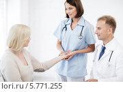 Купить «На приеме у врача. Медсестра измеряет частоту пульса пациентки», фото № 5771255, снято 6 июля 2013 г. (c) Syda Productions / Фотобанк Лори