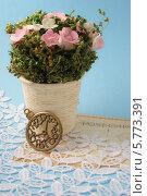Букет цветов и фигурка в виде часов на кружевах. Стоковое фото, фотограф Корнева Юлия / Фотобанк Лори