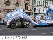 Купить «Дельфины. Карнавальное шествие по Невскому проспекту», эксклюзивное фото № 5775263, снято 24 мая 2008 г. (c) Александр Щепин / Фотобанк Лори
