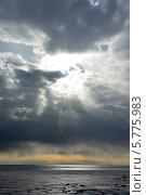 Купить «Солнце светит сквозь темные облака в замерзшем море», фото № 5775983, снято 2 июля 2020 г. (c) Алексей Кокоулин / Фотобанк Лори
