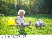 Двое детей на траве в саду. Стоковое фото, фотограф Евдокимова Ольга / Фотобанк Лори