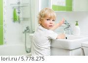 Купить «Ребенок моет руки в ванной комнате», фото № 5778275, снято 13 сентября 2013 г. (c) Андрей Кузьмин / Фотобанк Лори