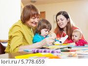 Купить «Бабушка с дочерью и внуками рисуют, сидя дома за столом», фото № 5778659, снято 11 мая 2013 г. (c) Яков Филимонов / Фотобанк Лори
