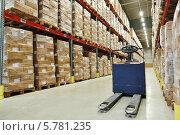 Купить «Гидравлическая тележка на складе», фото № 5781235, снято 20 марта 2014 г. (c) Дмитрий Калиновский / Фотобанк Лори