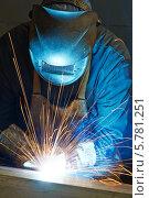 Купить «Сварщик в маске  за работой», фото № 5781251, снято 31 марта 2014 г. (c) Дмитрий Калиновский / Фотобанк Лори