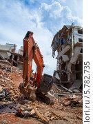 Гусенечный экскаватор на демонтаже старого дома. Стоковое фото, фотограф Алексей Сергеев / Фотобанк Лори