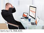 Купить «деловой мужчина в отчаянии смотрит на графики падения», фото № 5784435, снято 25 января 2014 г. (c) Андрей Попов / Фотобанк Лори