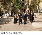 Купить «Израиль. Ортодоксальные иудеи на улице Иерусалима», фото № 5784499, снято 9 октября 2012 г. (c) Ирина Борсученко / Фотобанк Лори